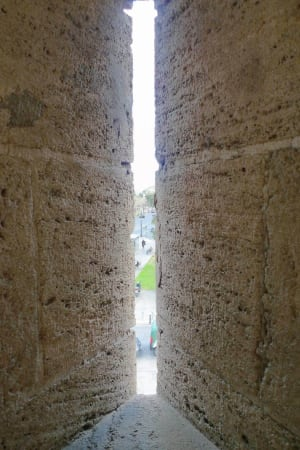 Torres de Serranos crack wall